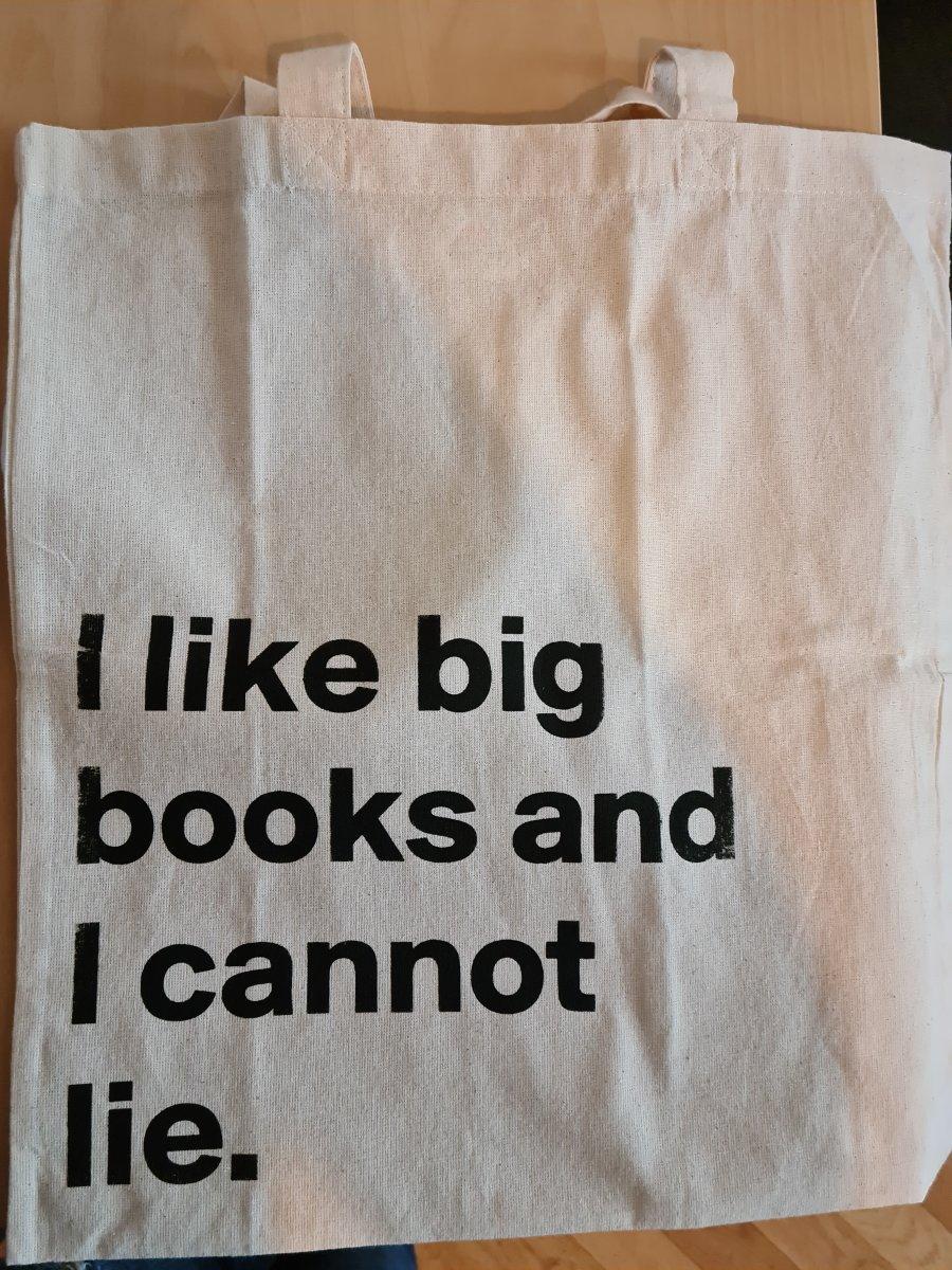 un tote bag sur lequel il est écrit i like big books and i cannot lie